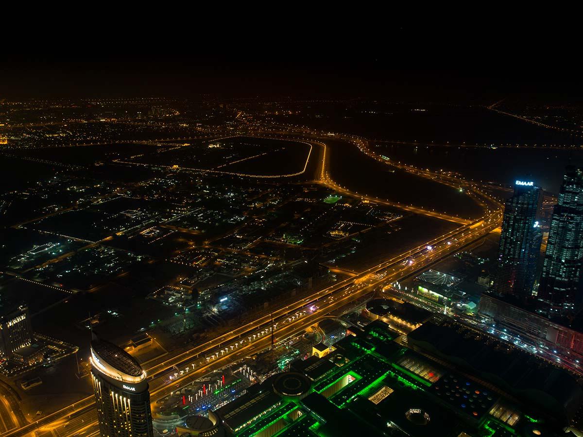 Burj Khalifa Aussichtsplattform At the Top Sky bei Nacht (die Mall schimmert grünlich)