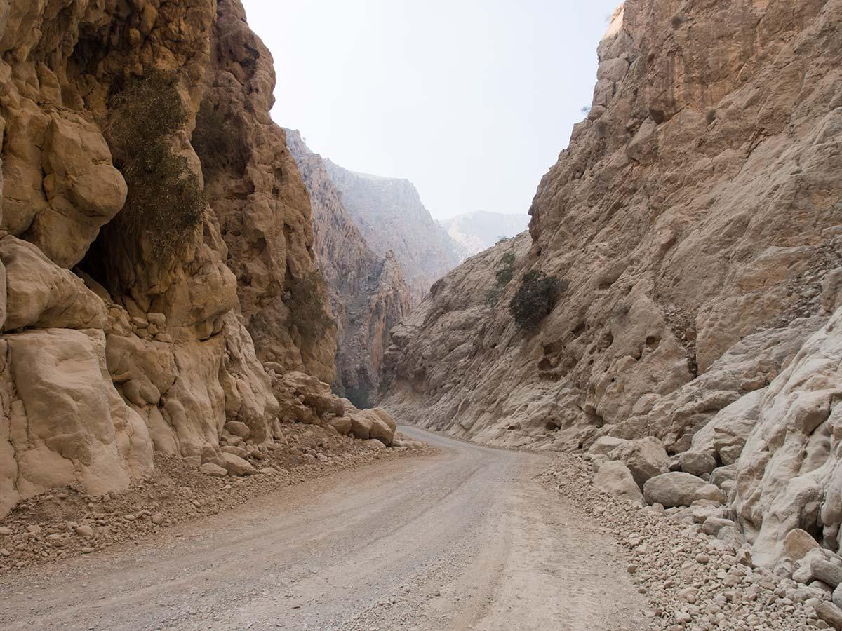Fast canyonartig schlängelt sich die Straße durch die Berge