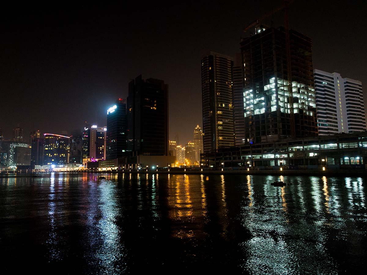 Business Bay Skyline bei Nacht