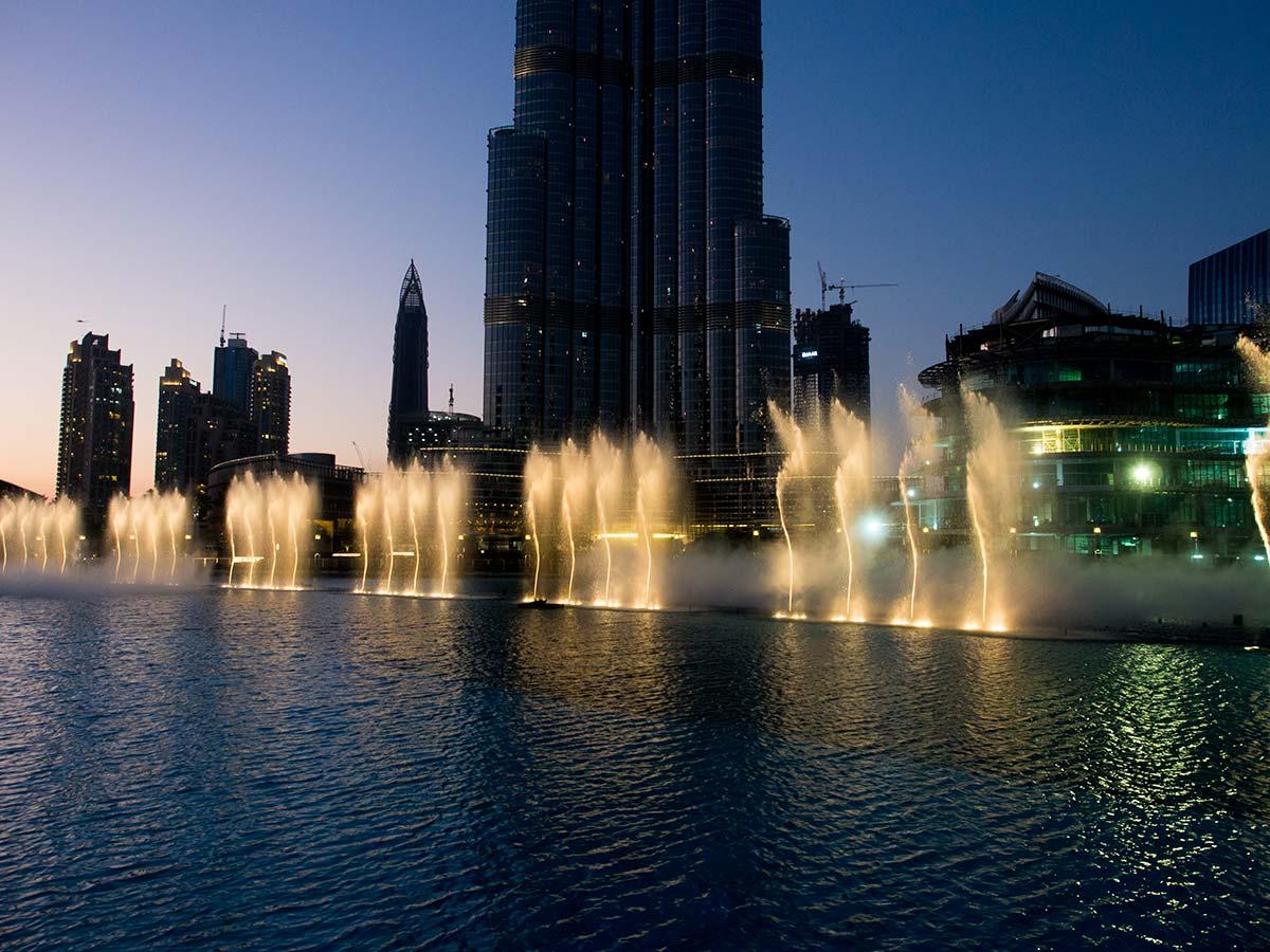 Die Fontänen der Dubai Fountain variieren die Höhe und können auch schräg spritzen