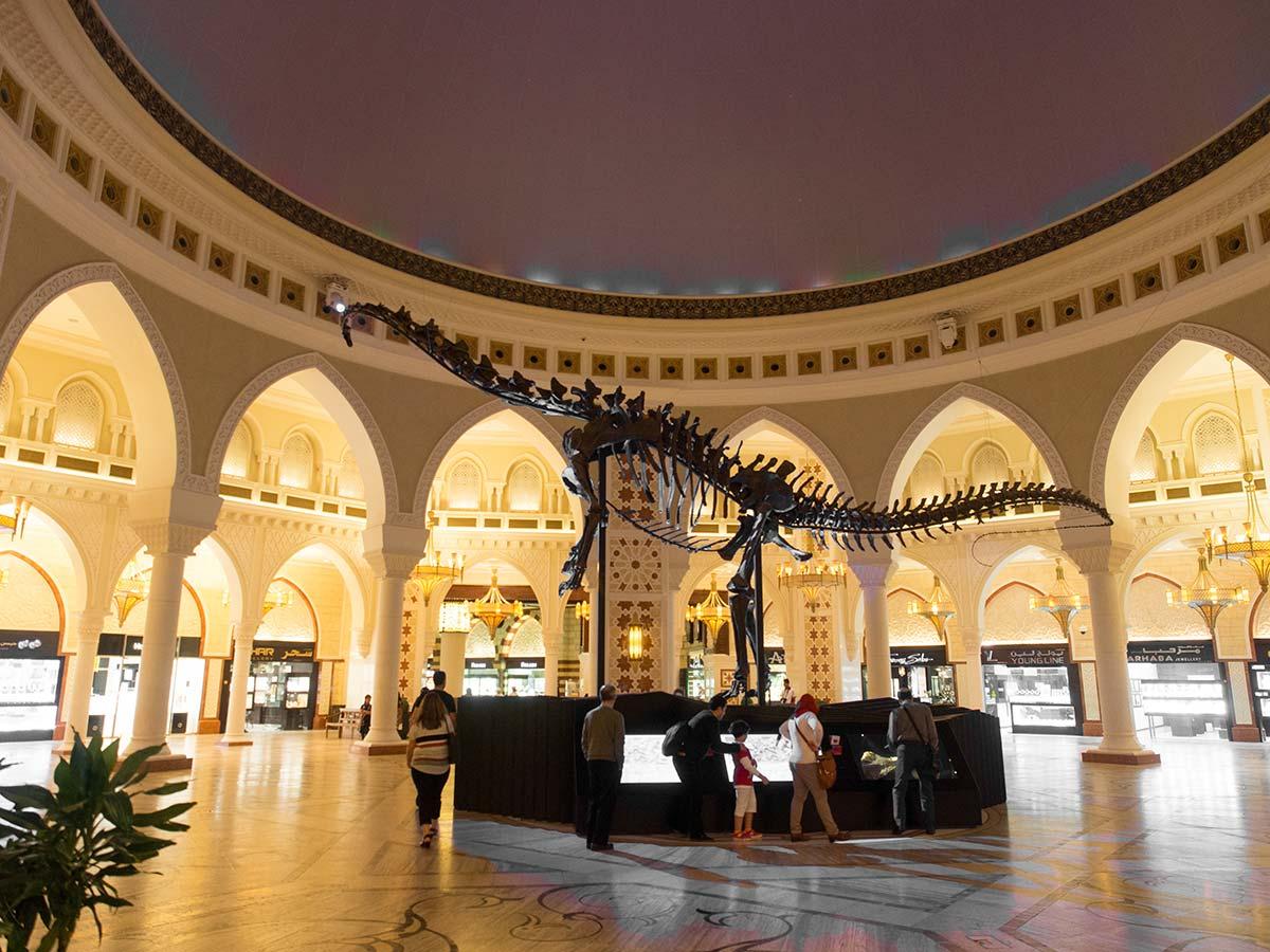 Dinosaurier in der Dubai Mall in einer prunkvollen Kuppelhalle
