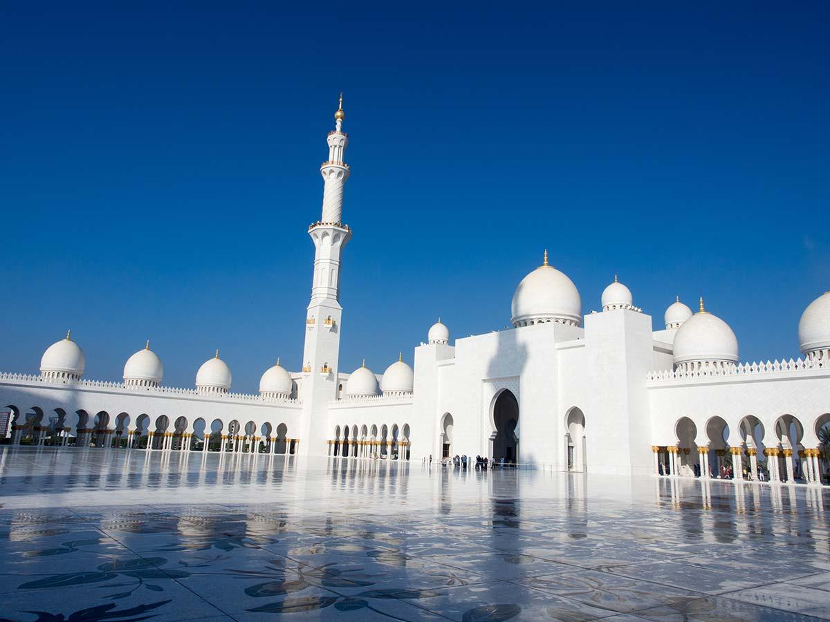 Der gigantische Innenhof der Scheich-Zayid-Moschee zum Beten
