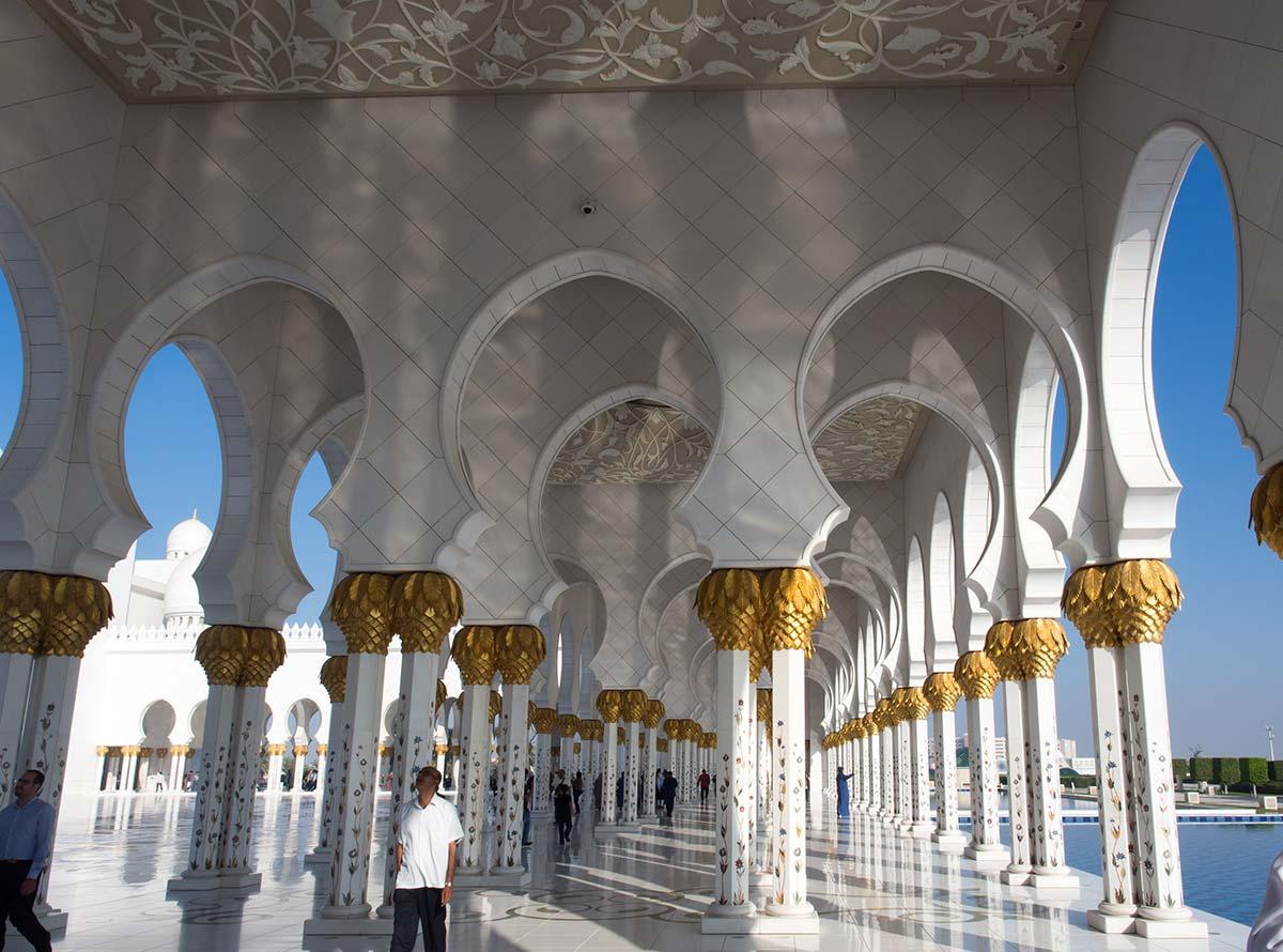 Der Prunkvolle Säulengang in der Scheich-Zayid-Moschee