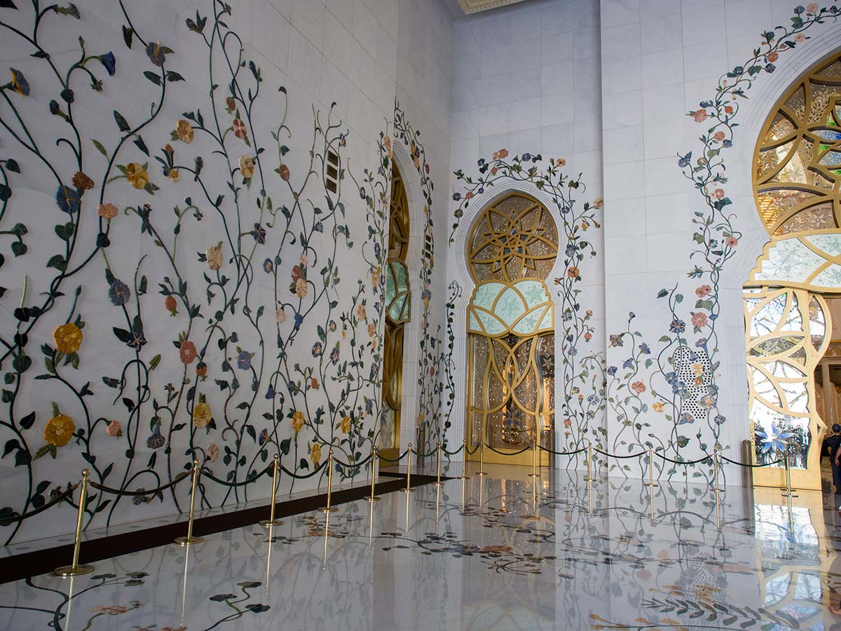 prunkvolle Wandmuster aus Blattgold in Blumenoptik in der Scheich-Zayid-Moschee