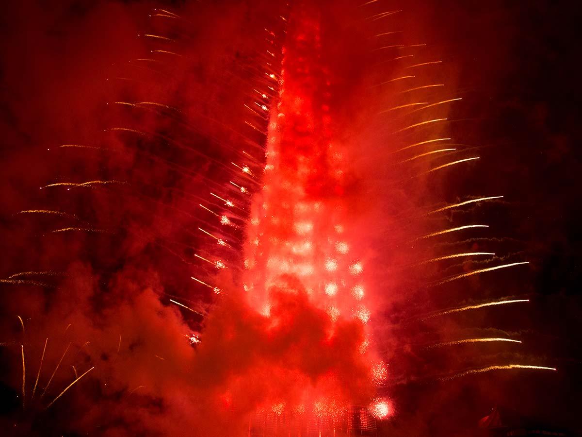 Gegen Ende ist der Burj Khalifa nur noch in Rauch gehüllt. Die Feuerwerkskörper leuchten nur noch hindurch.