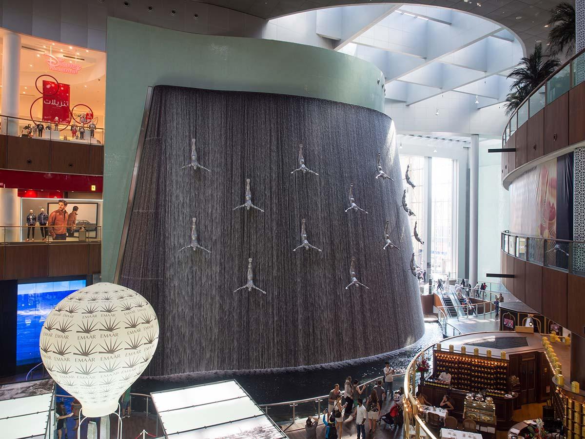 Wasserfall mit Menschen in der Dubai Mall - Kunst