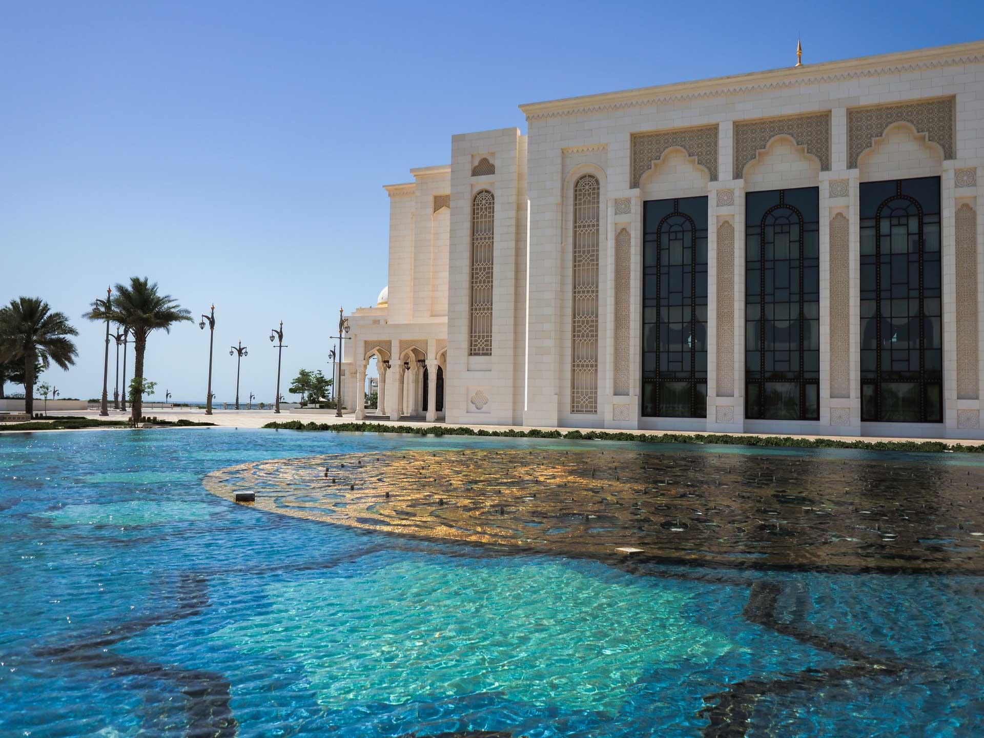 Wasserbecken mit Gold in Abu Dhabi